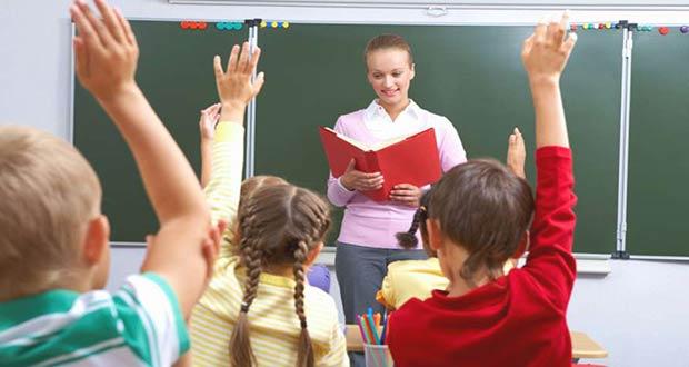 Учитель младших классов проводит урок
