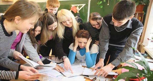 Школьники окружили учительницу
