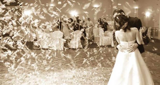 Невеста танцует с женихом