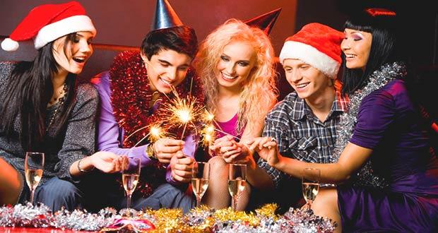 Друзья празднуют встречу Нового года