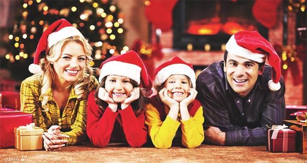 Семья возле новогодней ёлки