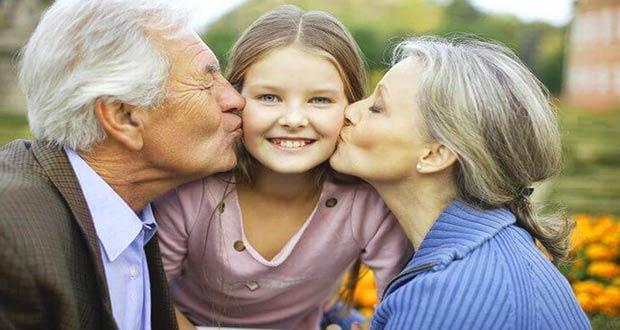 Целуют внучку