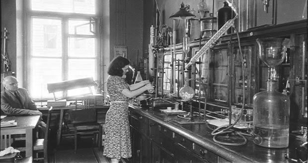 Девушка студентка на кафедре химии
