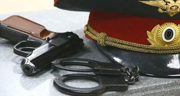 Пистолет и наручники для преступников