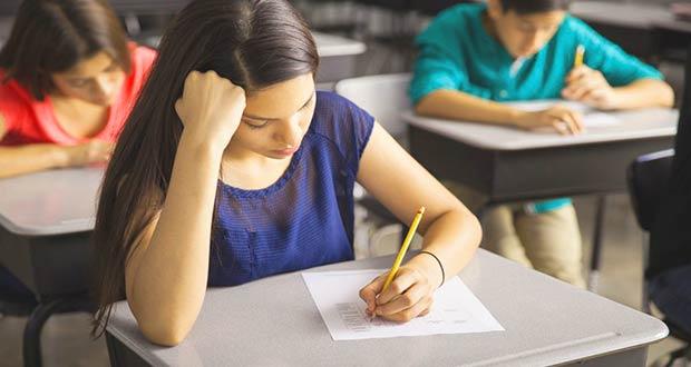 Девушка пишет экзамен