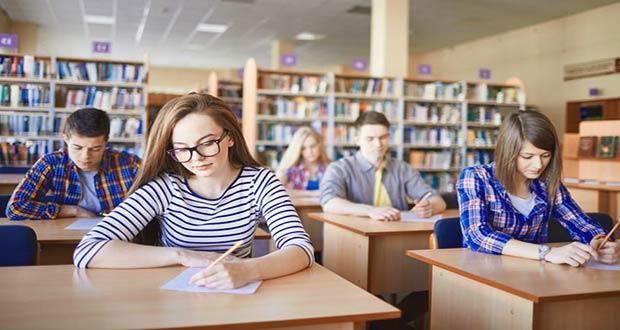 Ученики 11 класса сдают ЕГЭ письменно