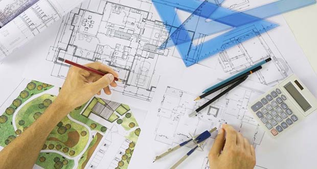 Специалист Росреестра производит оценку земельного участка