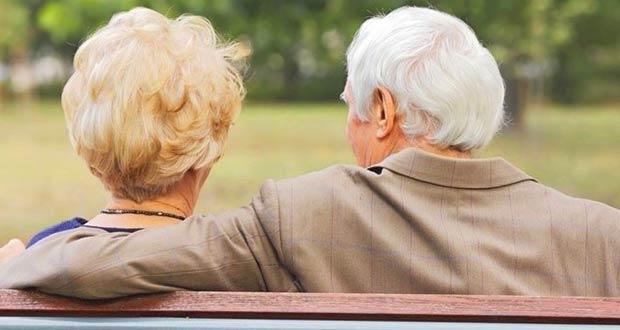 Пожилые люди на лавочке
