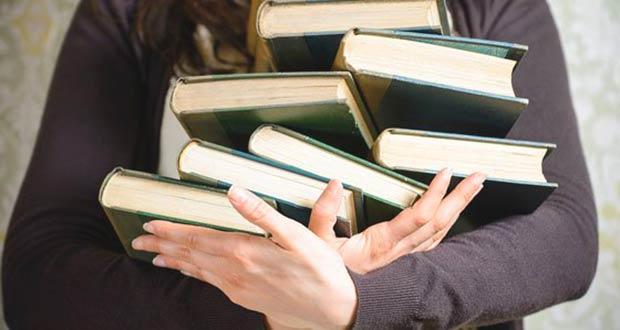 Книги в руках у школьного учителя