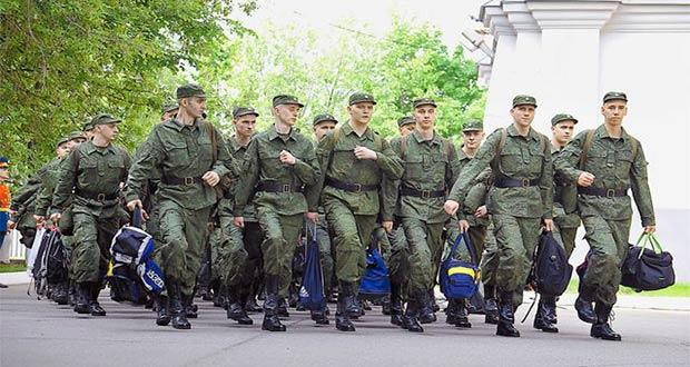 Российские срочники идут с сумками
