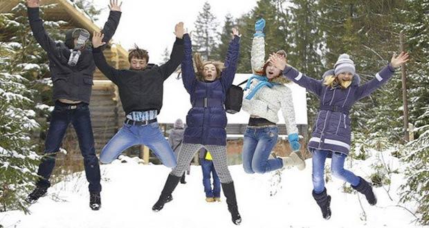 Школьники радуются зимним каникулам