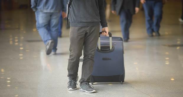 Человек с чемоданом покидающий Россию