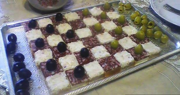 Вкусная шахматная доска с колбасой и оливками
