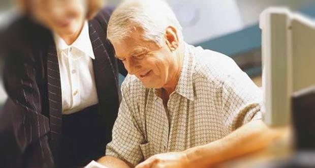 Российский пенсионер консультируется в ПФР