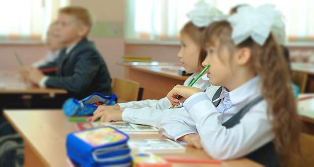 Ученики младших классов на школьном уроке