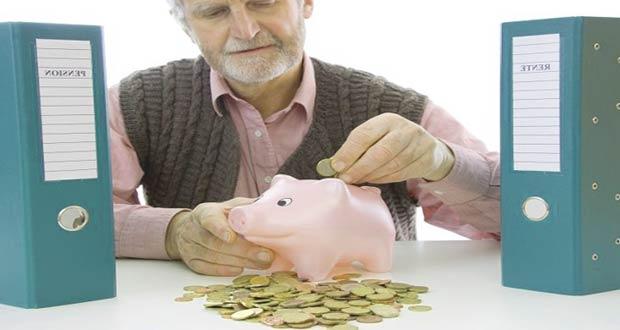 Мужчина предпенсионер собирает деньги в копилку