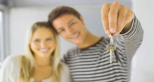 Молодая пара с ключами от квартиры