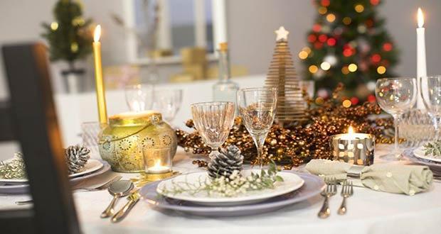 Красивое оформление новогоднего стола со свечами и шишками