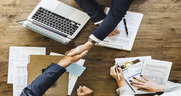 Работодатель и будущий работник пожимают руки