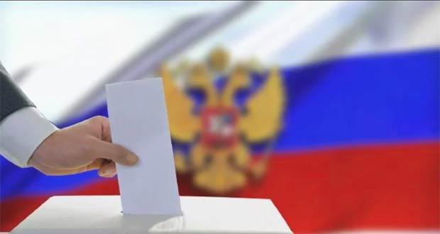 Избиратель бросает бюллетень в урну для голосования