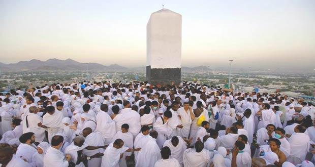 Мусульмане в период Хаджа поднимаются на гору
