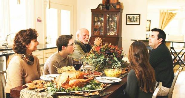 Американская семья за праздничным столом