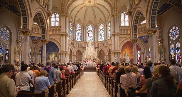 Верующие в католическом храме