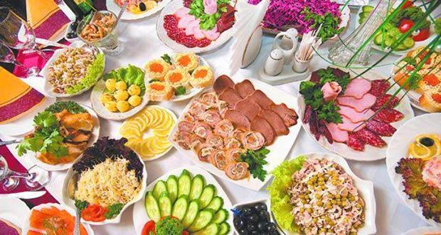 Новогодние праздничные блюда на столе
