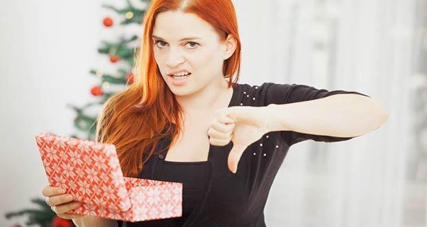 Девушка недовольна своим новогодним подарком
