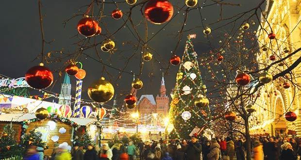 Люди на новогодней Красной площади в Москве