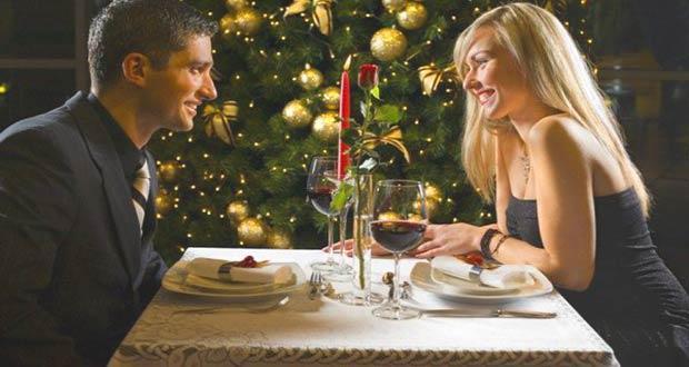 Влюбленная пара на новогоднем ужине