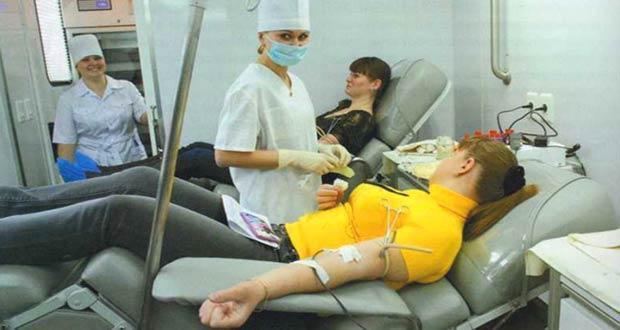 Девушки сдают кровь в больнице