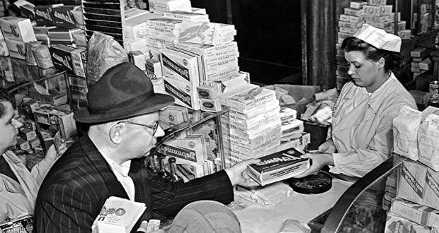 Продавец в советском магазине