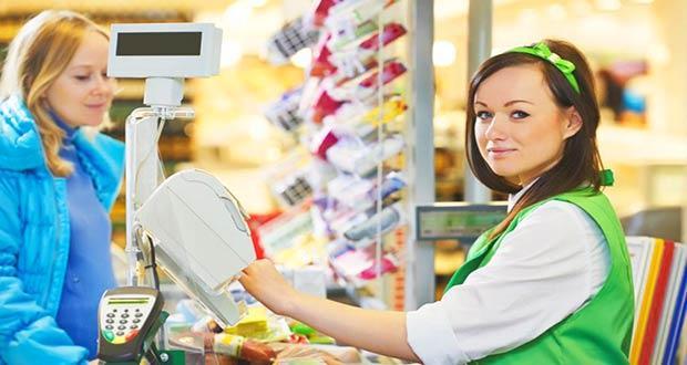 Торговый работник на кассе в супермаркете