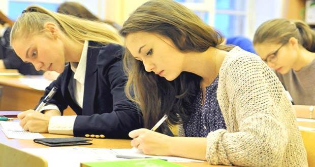 Школьницы сдают ДПА по математике