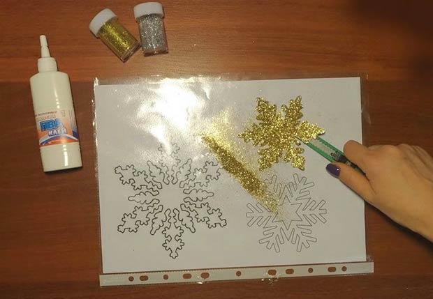 Шаг 3 - открепляем снежинку канцелярским ножом