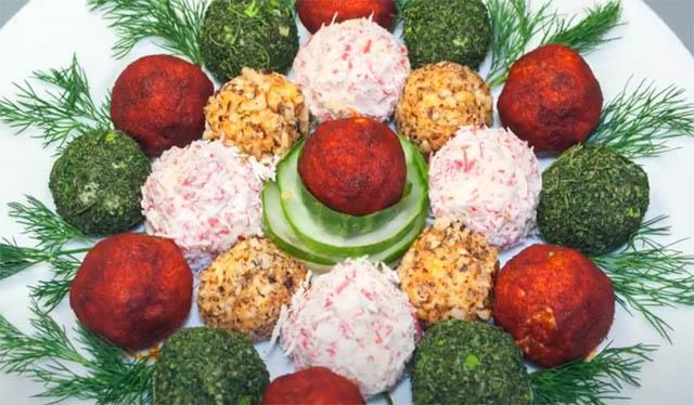 Сырные шарики на новогоднем столе