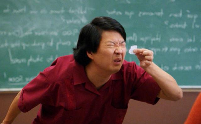 китаец смотрит на бумажку