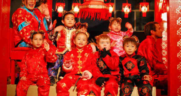 китайцы в красной одежде