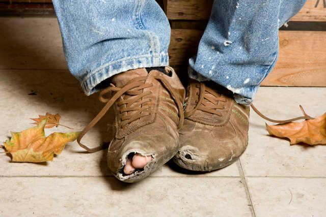 Старые развалившиеся ботинки