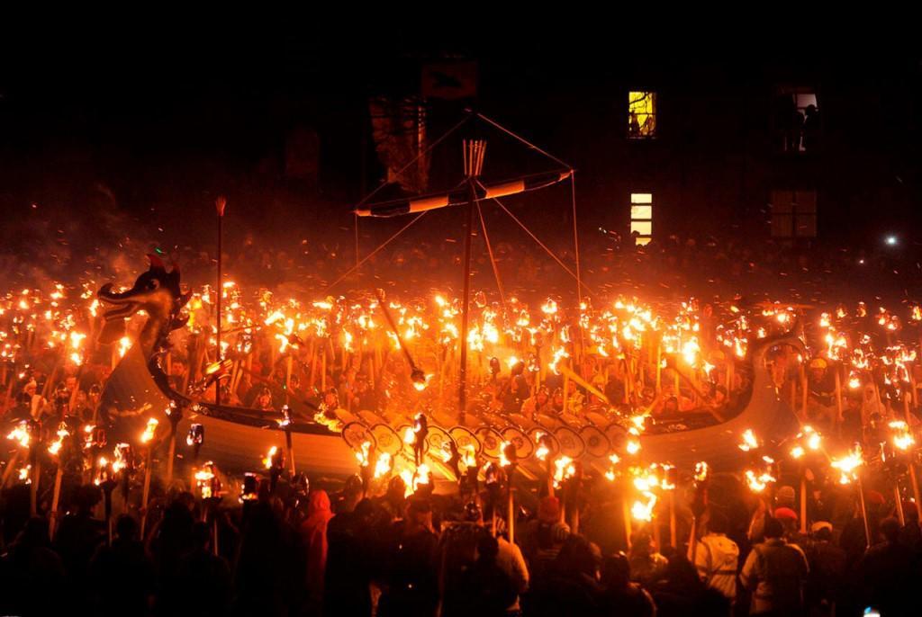 Новогоднее шествие факелов в Шотландии